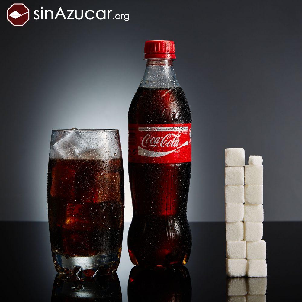Una botella de 500ml Coca-Cola contiene 53gr de azúcar, lo que equivale a 13,25 terrones