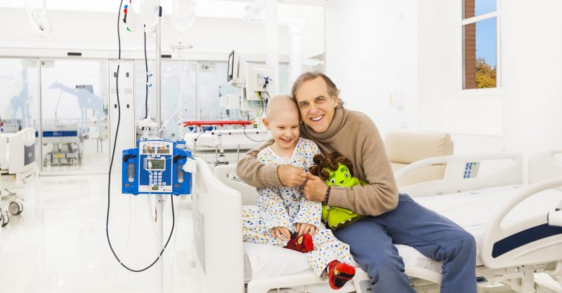 Paco Arango, con un niño enfermo en la UCI del Niño Jesús