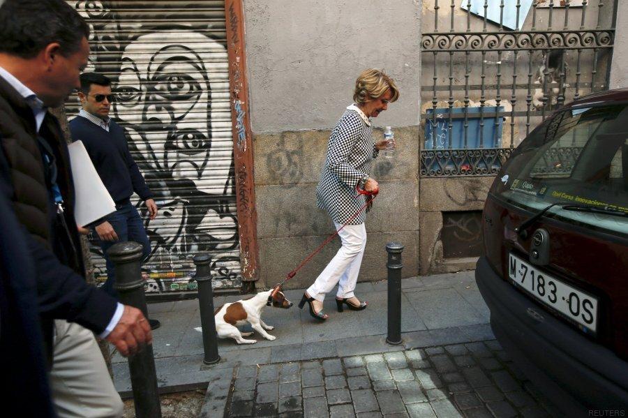 Esperanza Aguirre con Pecas, su perro (Foto: Huffington Post)