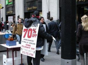 Hombre-anuncio en una calle cercana a Wall Street (Nueva York), antes de ayer