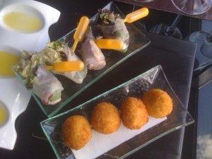 Croquetas de venado y ensalada con salsa de mango